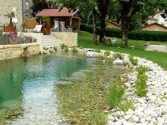 Las biopiscinas o piscinas naturales son construcciones a modo de estanques que emplean sistemas de depuración naturales