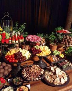 Mesa de frios: 70 ideias, dicas infalíveis e itens indispensáveis Wedding Buffet Food, Party Food Buffet, Party Salads, Fruit Party, Food Platters, Cheese Platters, Brunch Mesa, Buffet Set Up, Diner Table