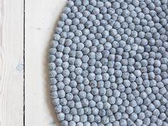 Det bliver ikke mere naturligt og klassisk end Steel Grey. Dette kugletæppe passer til alle de steder i boligen du kunne tænke på. Den klassiske grå farve går til alt, så hvis der mangler et kugletæppe i hjemmet så er Steel Grey det sikre valg