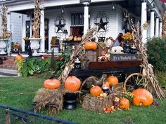 I Heart Shabby Chic: Decorating the outside of your home for Halloween house front, halloween idea, halloween decor, houses, fall decor, halloween house, front yards, home decorations, house decorations