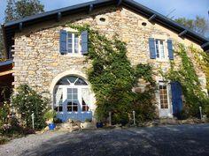 5 chambres spacieuses et colorées avec 5 salle d'eau et WC privatifs.2 salons bibliothèques.Une lingerie, laverie.1 chalet équipé pour cuisiner et diner. un barbecue.Un jardin pour flaner et rêver. 1 petite aire de jeu.Equipement Bébé.Lit supplémentaire (18€)Tarif dégressif de -5 à -15% à partir de la 5ème nuit.Tarif Fidélité de - 5% à - 15 %  dans le département de l'Aveyron (tourisme en France / Midi-Pyrénées).
