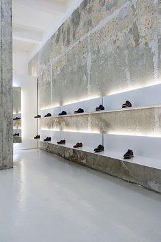 La coexistencia entre viejos y nuevos elementos, y la cuidada iluminación son los ejes principales de la zapatería La Scarpa diseñada por Elia Nedkow