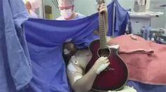 Paciente canta e toca violão durante cirurgia cerebral 9 horas atrás, Zoomin.TV Tocar violão e cantar durante uma cirurgia no próprio cérebro? Parece impossível, mas foi isso que Anthony Kulkamp Dias, de 33 anos, fez. Durante uma cirurgia de 9 horas, o paciente tocou violão e cantou músicas dos Beatles, da banda Roupa Nova e rolou até um sertanejo com a música Telefone, do Trio Parada Dura. O objetivo desse show, meio bizarro, era para poder avaliar se o lado bom do cérebro não seria afetado…