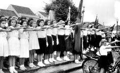 Antes de iniciar a parada, estudantes prestam um juramento na Praça Santos Andrade. Seus braços direitos estendidos lembram uma saudação à ditadura.