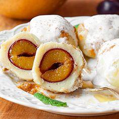 Knedle ze śliwkami. Kluski z ciasta na bazie ugotowanych ziemniaków, ze śliwką w środku, najlepsze dodatkowo z cynamonem i słodką śmietaną.
