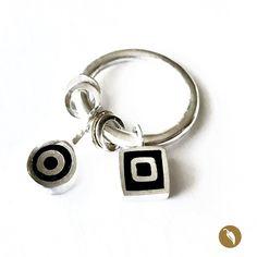 Anillo de plata con con cuentas móviles geométricas rellenas con resina pigmentada negra.  Autor:Monoco Colección: Resina Materiales:Plata 950 y resina pigmentada. Dimensiones: Nº18. Pieza única: No