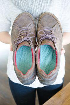 Mettez du tissu de laine dans vos chaussures pour garder vos pieds au chaud quand il fait froid.