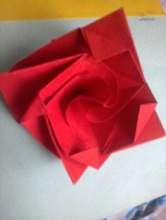 Encuentra el paso a paso de esta rosa en origami aquí: https://www.youtube.com/watch?v=9OHWHgl6k40&t=35s