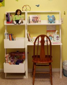 Little Sloan Leaning Bookshelf - love this simple leaning bookshelf and desk plan - simple, space saving but super functional!