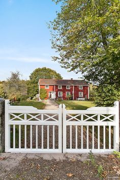 Fantastiskt 1700-talshus kan bli ditt Porch Railing Designs, Real Estate Pictures, Country Fences, Window Grill Design, Colour Architecture, House In Nature, Wooden Gates, Entry Gates, Swedish House