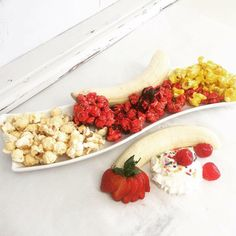 A Blend of our Banana Flavored Popcorn and Strawberry Flavored Popcorn Drizzled with the Finest Milk Chocolate to rival the best Banana Split. Popcorn Snacks, Gourmet Popcorn, Popcorn Recipes, Peanut Butter Popcorn, Flavored Popcorn, White Chocolate Popcorn, Strawberry Banana, Banana Split, Banana Recipes