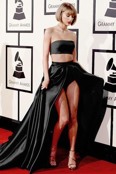 Taylor Swift at the 58th Grammy Awards✖️this is what it would look like if her dress was black instead of pink