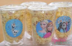 Los detalles, ya sean cubiertos decorados, botellitas de agua o vasos para botanalucirán mucho en tu fiesta y son simples. #Frozen palomitas-frozen