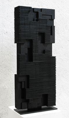 Alban LANORE / Stèle rainurée / padouk calciné / 82.5x34x10 cm.