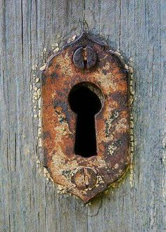 Envers du Decor - Keyhole by Lucie Veilleux aka on. Old Doors, Windows And Doors, Old Keys, Knobs And Knockers, Peeling Paint, Rusty Metal, Decoration, Door Handles, Old Things