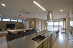 キッチン側に立つと、正面に畳コーナー、右側にダイニングテーブルとバルコニーが見えます。畳コーナーのテレビ側面の扉を開けると仏壇がありますが、普段はリビング空間に違和感のないように納めてあります。この写真「キッチンを中心としたリビング」はfeve casa の参加建築家「家山 真/家山真建築研究室」が設計した「神田の家...