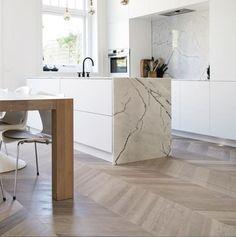 Houten vloer in de keuken: hongaarse punt via Uipkes houten vloeren Home Decor Kitchen, Kitchen Interior, Home Kitchens, Küchen Design, Floor Design, Wood Interior Design, Kitchen Benches, Cuisines Design, Modern Kitchen Design