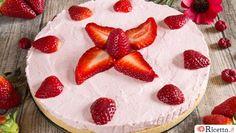 La cheesecake alle fragole senza cottura ha un sapore fresco e delicato, grazie all'utilizzo di fragole fresche. Vediamo come si prepara con la nostra ricetta.