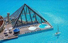 Actualmente, la mayor piscina del mundo se encuentra en San Alfonso del Mar (Chile), y cuenta con un área de 8 hectáreas. Este coloso de un kilómetro de longitud – construido también por Crystal Lagoons – será superado en breve por la piscina que se construirá en medio del desierto egipcio y que se espera que esté terminado para julio de 2009.