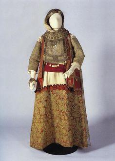Νυφική φορεσιά από την Κηφισιά Αττικής. Ανήκε στην οικογένεια Κουτσού. Τέλη 19ου αιώνα.