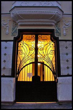 Rolling Szecesszió című képe az Indafotón. Hungary, Budapest, Art Nouveau, Entrance, Doors, Architecture, Arquitetura, Entryway, Door Entry