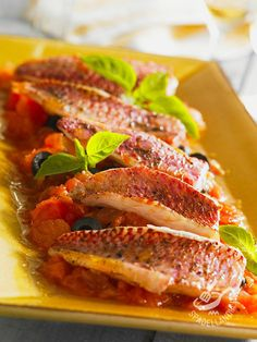 Cod fillets with beans - Fillets of red mullet Provençale - I Filetti di triglia alla provenzale, con pomodoro, olive e basilico sono un secondo piatto leggero ma gustosissimo, con tutti i nutrienti del pesce! #trigliaallaprovenzale
