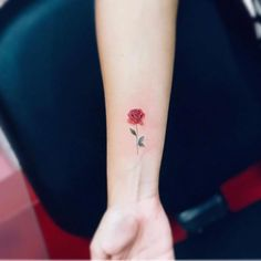 Affordable Tiny Rose Tattoos Ideas For Women To Try Asap Mini Tattoos, Thin Line Tattoos, Diskrete Tattoos, Red Flower Tattoos, Tiny Rose Tattoos, Rose Tattoos On Wrist, Tattoos For Women Flowers, Foot Tattoos For Women, Cute Tattoos