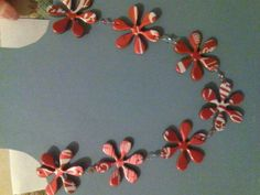 Making crafts out of aluminum cans is a great way to recycle so they don't end up in landfills. This is a round-up of several easy aluminum can craft ideas and tutorials. Coke Can Crafts, Crafts To Make, Diy Crafts, Soda Can Flowers, Tin Flowers, Nespresso, Aluminum Can Crafts, Metal Crafts, Soda Can Art