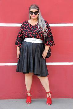 5166ac89d Look do dia plus size com blusa de cerejas e saia midi godê preta Cerejas,