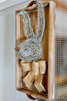 Aus zwei Rollen Wickeldraht (Rolle à 40 m, Ø 0,65 mm, 100 g) fertigte ich diesen knuffigen Hasen. Zuerst spulte ich eine Drahtspule komplett ab und knautschte bzw. zupfte den Draht gleichmäßig zu einer flachen runden Scheibe. Diese Drahtscheibe formte ich mit Hilfe eines Keramik-Ostereis manuell zu einer Schale, die …