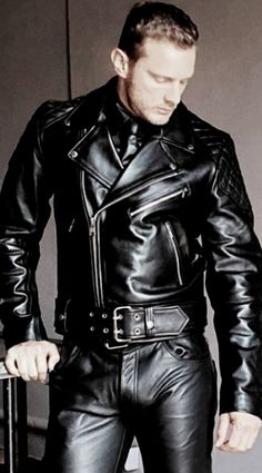 Mens Leather Pants, Leather Jacket Outfits, Men's Leather, Leather Jackets, Sexy Men, Sexy Guys, Hot Guys, Bike Leathers, Men In Uniform