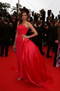 La modelo #NievesÁlvarez espectacular con uno de los #vestidos más bonitos de la noche, de #Ralph