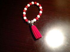 Brazalete tibetana de coral rojo y howlita blanca con borla roja para mujeres