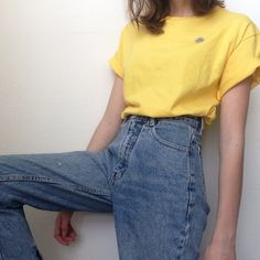 Mum jeans and yellow shirts.