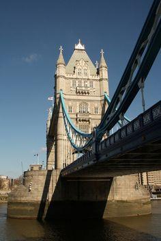 Das Bild Tower Bridge in London wurde von Christian Book im Jahr 2010 in London, United Kingdom aufgenommen. Es entstand mit einer Canon EOS 1000D und dem Objektiv Canon EF-S 17-85mm 4 - 5,6 IS USM.