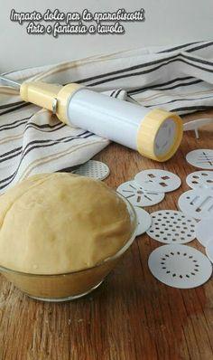 #Impasto semplice per la #sparabiscotti,  #arteefantasiaatavola #giallozafferano #gialloblog Biscotti Cookies, Italian Cake, Cookie Press, Low Carb Breakfast, Low Carb Desserts, Creative Food, Italian Recipes, Cookie Recipes, Cupcake Cakes