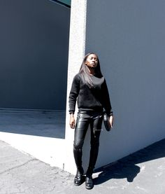 Edgy & Casual chic style | How to wear neoprene mesh sweater + leather pants + combat boots + metallic clutch. Outfit by Iman, Parisian and West African fashion blogger. | Tenue pull + pantalon cuir + bottines à lacets. Blogueuse parisienne et ouest africaine Iman.