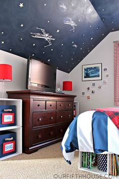 star wars bedroom...not necessarily into star wars but love the idea of a dark painted ceiling with glow in the dark stars!!