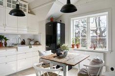 Una casa de dos plantas llena de recursos muy imaginativos como una escalera de caracol para no perder espacio.