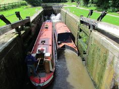 I've never seen this before, despite living on a narrowboat for a while! Narrowboat that splits in half to fit in small locks!