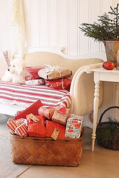White Painted Table at Christmas Time ~ Mary Walds Place - VIBEKE DESIGN: En jul i rødt !