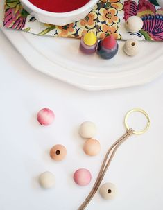 Learn how to easily dye wood beads for an awesome Spring keychain Wood Bead Garland, Beaded Garland, Garlands, Burp Cloth Tutorial, Crystal Keychain, Bead Crafts, Diy Crafts, Diy Keychain, Macrame Projects