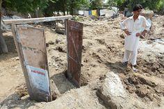 Dieses Foto wurde nach dem Hochwasser 2010 in Pakistan aufgenommen. Es zeigt einen Mann vor den Resten seines Hauses. Pakistan, Pictures, First Aid