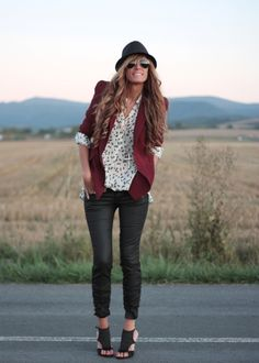 Oh if I could only pull off skinny jeans!  Digging this ensemble & those Zapatos booties!