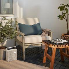 Lukket altan med plads til at slappe af - IKEA Outdoor Chairs, Outdoor Furniture, Outdoor Armchair, Ikea Outdoor Cushions, Ikea Armchair, Deco Furniture, Plywood Furniture, Lounge Chairs, Side Chairs