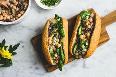 Broodjes met een frisse kikkererwtensalade, gemaakt met het plantaardig alternatief voor kwark van Provamel.