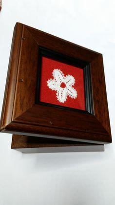 Cajita decorada con flor realizada a tómbolo.