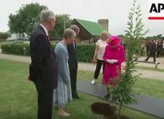 II. Erzsébet királynő 93 évesen is fát ültet