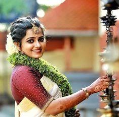 Fulfill a Wedding Tradition with Estate Bridal Jewelry Kerala Saree Blouse Designs, Saree Blouse Neck Designs, Saree Blouse Patterns, Designer Blouse Patterns, Bridal Blouse Designs, Set Saree, Saree Dress, Saree Hairstyles, Bride Hairstyles