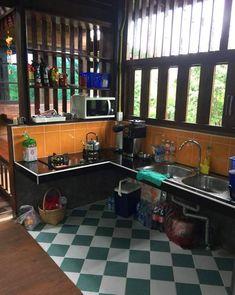 ทุกพื้นที่ของบ้านเน้นความโปร่ง สบาย ด้วยไม้ระแนงเป็นซี่ ๆ ช่องลม Dirty Kitchen Design, Simple Kitchen Design, Simple House Design, Outdoor Kitchen Design, Home Decor Kitchen, Rustic Kitchen, Kitchen Interior, Home Kitchens, Home Building Design